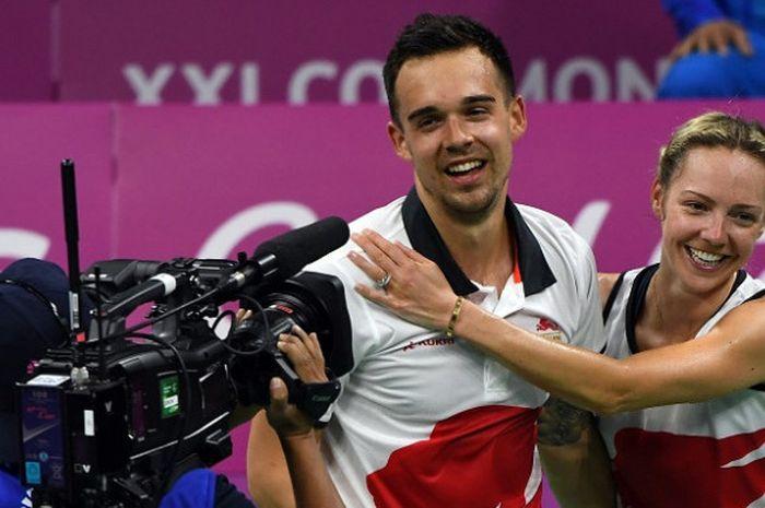 Pasangan ganda campuran Inggris, Chris Adcock/Gabrielle Adcock, bereaksi setelah memastikan meraih medali emas pada Commonwealth Games 2018 di final yang berlangsung di Carrara Sports Arena, Gold Coast, Australia, Minggu (15/4/2018).