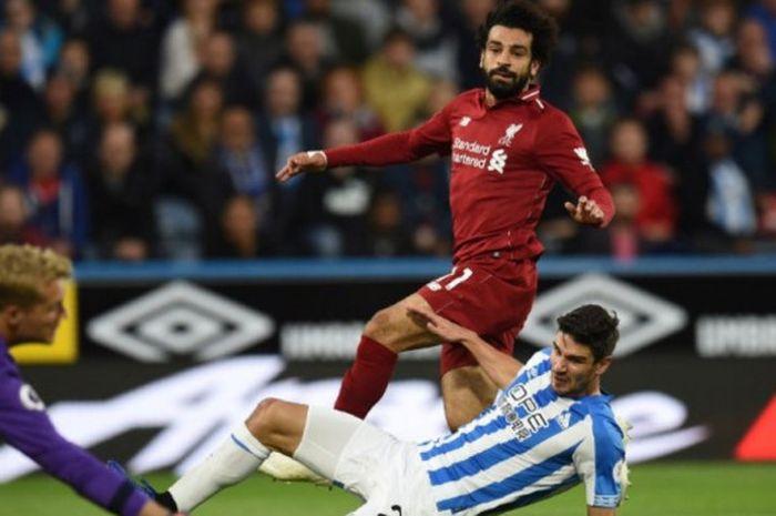 Mohamed Salah melepakan tembakan yang menghasilkan gol Liverpool ke gawang Huddersfield Town dalam laga Liga Inggris di John Smith's Stadium, 20 Oktober 2018.