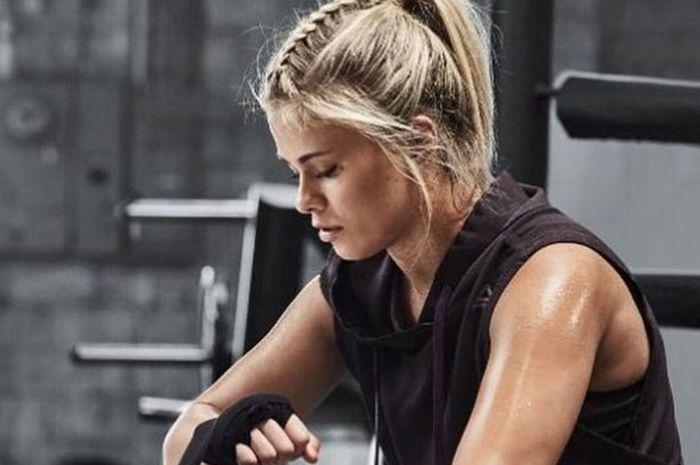 Petarung perempuan UFC asal Amerika Serikat, Paige VanZant, saat menjalani sesi foto dengan salah satu apparel olahraga.