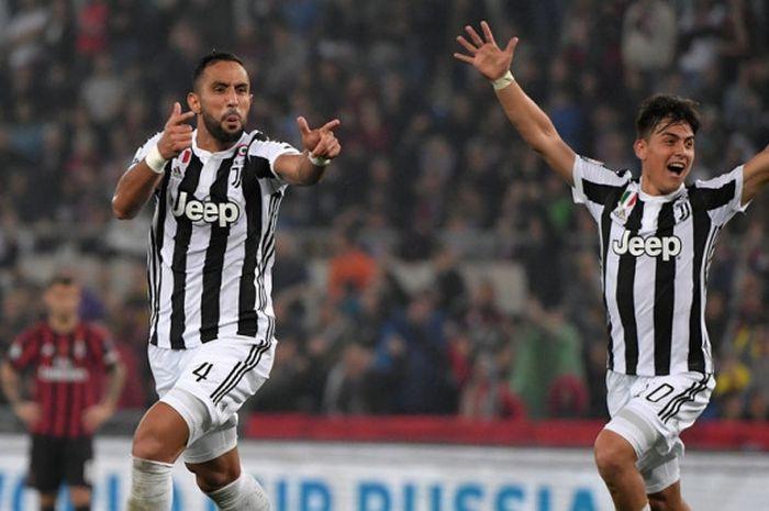 Bek Juventus, Medhi Benatia (kiri), merayakan golnya ke gawang AC Milan dalam laga final Coppa Itali