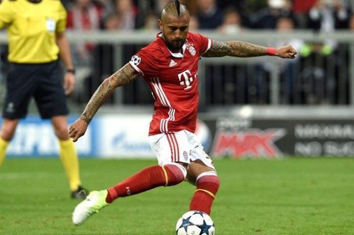 Gelandang Bayern Muenchen, Arturo Vidal, mengeksekusi tendangan penalti dan gagal membuahkan gol ketika melawan Real Madrid pada leg pertama babak perempat final Liga Champions di Allianz Arena, Rabu (12/4/2017).