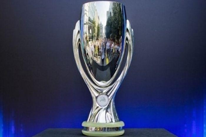 Trofi Piala Super Eropa diperebutkan juara Liga Champions dan Liga Europa tiap awal musim.