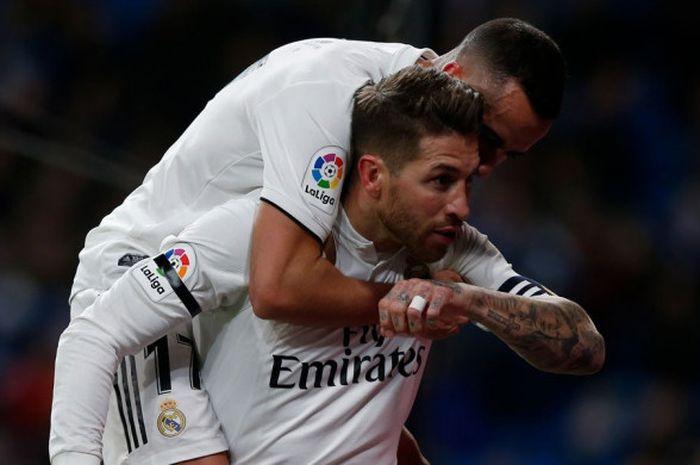 Kapten Real Madrid, Sergio Ramos, menggendong Lucas Vazquez, setelah mencetak gol melawan Leganes dalam laga leg pertama Copa del Rey di Stadion Santiago Bernabeu, Rabu (9/1/2019).