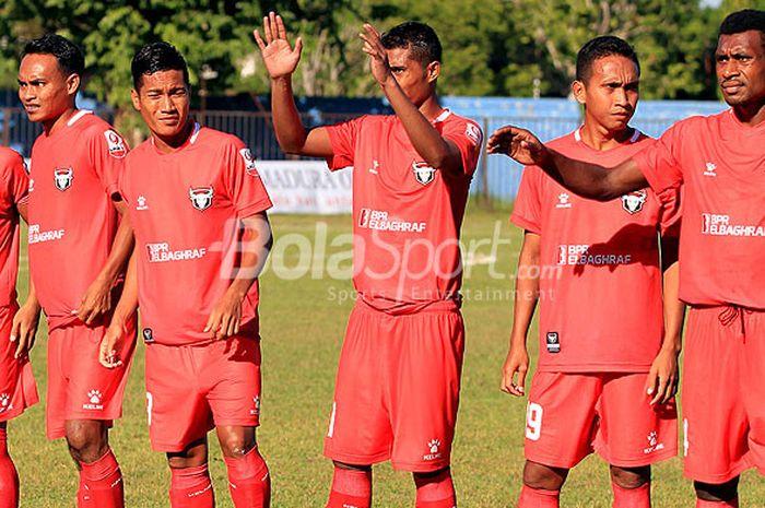 Pemain Madura FC menjelang dimulainya laga menghadapi Kalteng Putra pada pekan keempat Liga 2 2018 Grup Timur di Stadion A Yani Sumenep, Jawa Timur, Kamis (10/05/2018) sore.