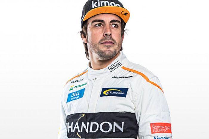 Pebalap tim McLaren-Renault, Fernando Alonso, berpose pada sesi foto Formula 1 (F1) musim 2018.