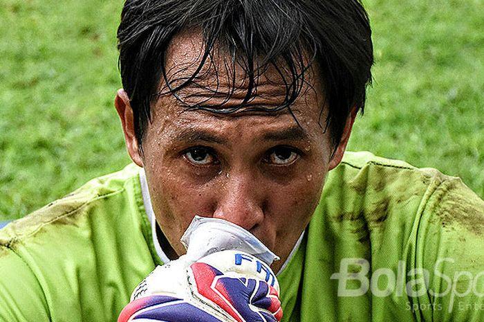 Ekspresi I Made Kadek Wardana, kiper Bali United, saat mengikuti sesi gim internal di Lapangan Trisa
