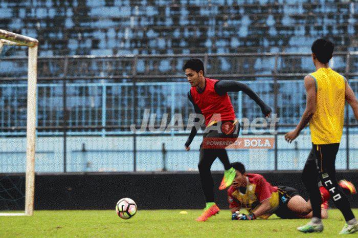 Pemain muda Arema FC, M Rafli saat latihan bersama tim di Stadion Kanjuruhan Malang, Jawa Timur, Sel