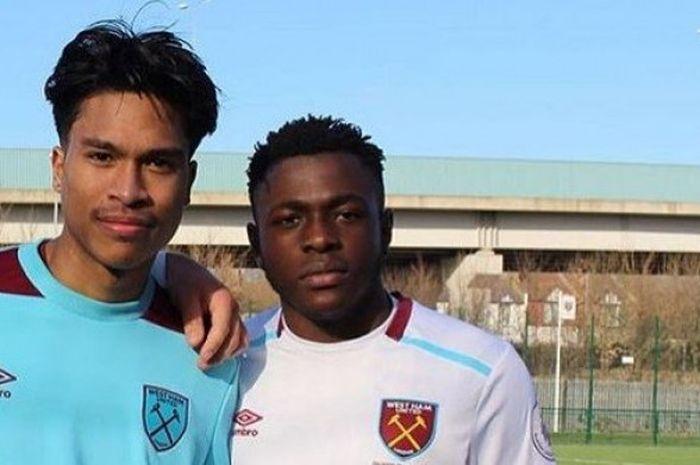 Nathan Muskitta (kanan) bersama rekannya saat berlatih di West Ham United.