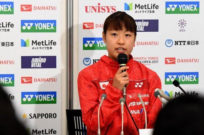 Pebulu tangkis tunggal putri Jepang, Nozomi Okuhara, berbicara dalam konferensi pers setelah memutuskan mundur pada Jepag Terbuka karena mengalami cedera lutut, 23 September 2017.
