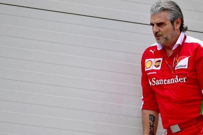 Team Principal Ferrari, Maurizio Arrivabene, terlihat di paddock tim di Sirkuit Baku yang menjadi arena balapan GP Eropa, Minggu (19/6/2016).