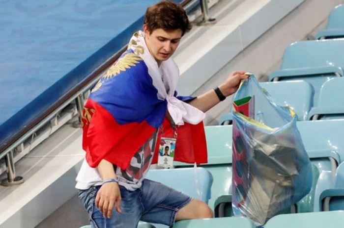 Fan Rusia membersihkan Stadion Fisht pasca pertandingan timnas Rusia kontra timnas Kroasia, Sabtu (7/7/2018) waktu setempat atau Minggu dini hari WIB.