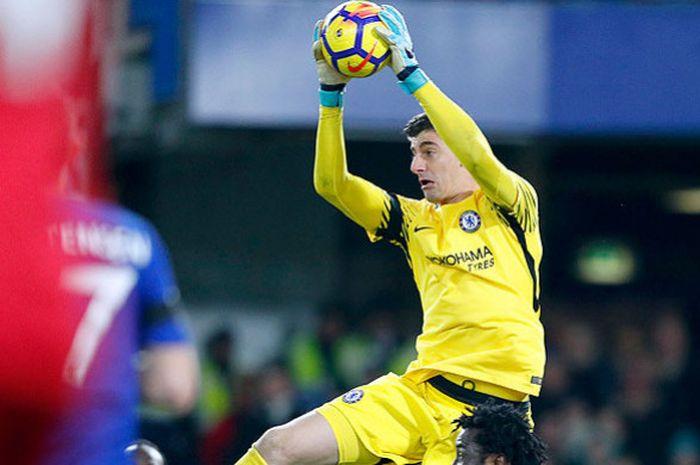 Aksi kiper Chelsea, Thibaut Courtois, saat melakukan penyelamatan dalam laga lanjutan Liga Inggris 2017-2018 melawan Swansea City di Stadion Stamford Bridge, London, pada 29 November 2017.