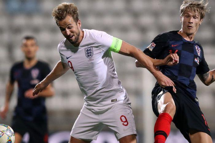 Striker timnas Inggris, Harry Kane (kiri), saat berduel dengan bek timnas Kroasia, Tin Jedvaj, dalam pertandingan Liga A Grup 4 UEFA Nations League di Stadion HNK Rijeka, Rijeka, Kroasia, pada Jumat (12/10/2018).