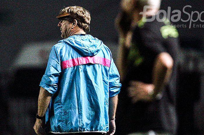 Pelatih PSM Makassar, Pelatih PSM, Robert Rene Alberts, mengamati jalannya pertandingan saat timnya