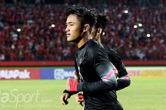 Kiper timnas U-16 Indonesia, Ernando Ari Sutaryadi, merayakan kemenangan mereka di final Piala AFF U-16 2018 usai mengalahkan Thailand lewat adu penalti di Stadion Gelora Delta Sidoarjo, Jawa Timur, Sabtu (11/8/2018) malam.