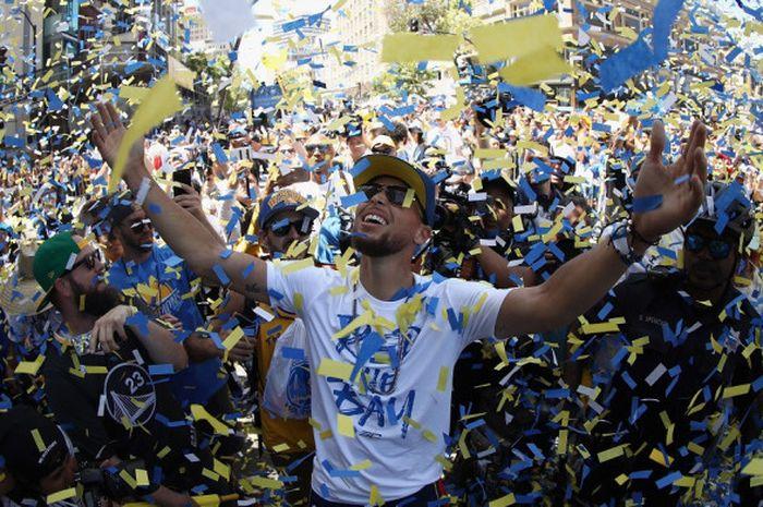 Pebasket bintang Golden State Warriors, Stephen Curry, melakukan selebrasi pada parade juara NBA 2018 di Kota Oakland, California, Amerika Serikat, Selasa (12/6/2018) siang waktu setempat.