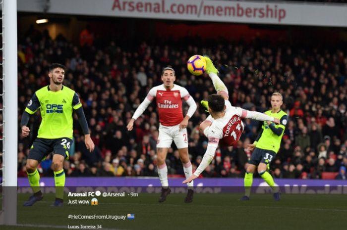 Gelandang Arsenal, Lucas Torreira, mencetak gol salto pada laga pekan ke-16 Liga Inggris menghadapi Huddersfield Town di Stadion Emirates, Sabtu (9/12/2018).