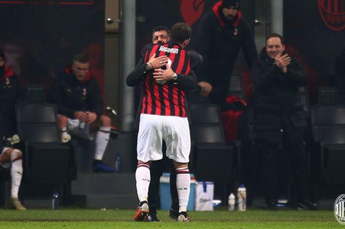 Gonzalo Higuain merayakan golnya bersama Gennaro Gattuso pada pertandingan AC Milan vs SPAL 2013 di San Siro, 29 Desember 2018.