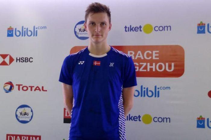 Pebulu tangkis tunggal putra Denmark, Viktor Axelsen, berpose seusai menjalani laga final turnamen B