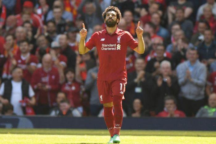 Penyerang Liverpool, Mohamed Salah, merayakan gol ke gawang Brighton and Hove Albion pada laga Liga Inggris di Stadion Anfield, Liverpool, Minggu (13/5/2018).