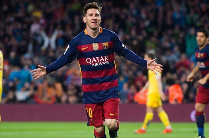 Penyerang Barcelona, Lionel Messi, merayakan gol yang dia cetak ke gawang Sporting Gijon dalam parta