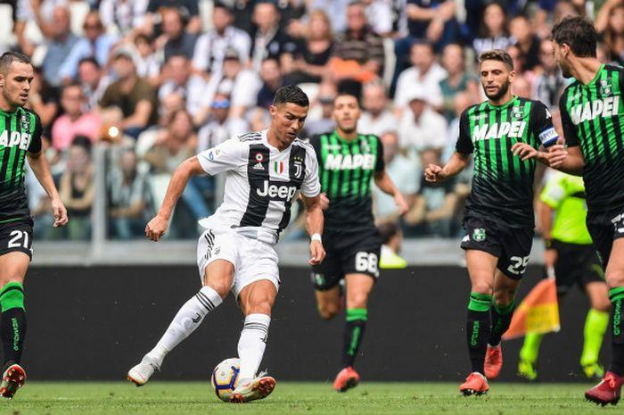 Penyerang Juventus, Cristiano Ronaldo, dikepung pemain Sassuolo dalam pertandingan Liga Italia, 16 September 2018 di Juventus Stadium, Turin.
