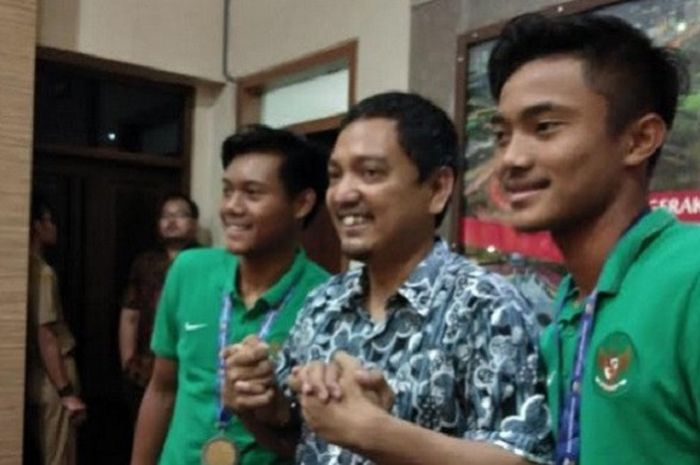 CEO PSIS Semarang, Yoyok Sukawi (tengah) bersama Pemain Timnas U-16 Indonesia, Ernando Ari Sutaryadi (kanan) dan Kartika Vedhayanto (kiri)