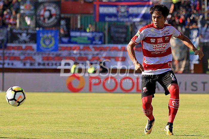 Bek Madura United, Andik Rendika Rama, saat tampil melawan Persib Bandung pada pekan ketujuh Liga 1