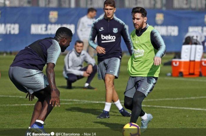 Megabintang FC Barcelona, Lionel Messi (kanan), sedang menggiring bola.