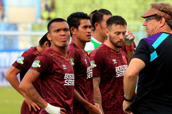 Pelatih PSM Makassar, Robert Rene Alberts memberi intruksi pada para pemain.