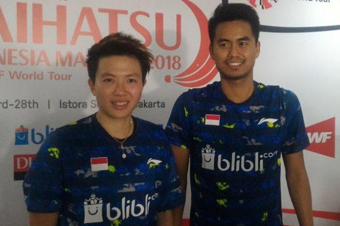 Pasangan ganda campuran Indonesia, Tontowi Ahmad (kanan) dan Liliyana Natsir, berpose setelah melakukan jumpa pers seusai laga final Indonesia Masters 2018 di Istora Senayan, Jakarta Selatan, Minggu (28/1/2018).
