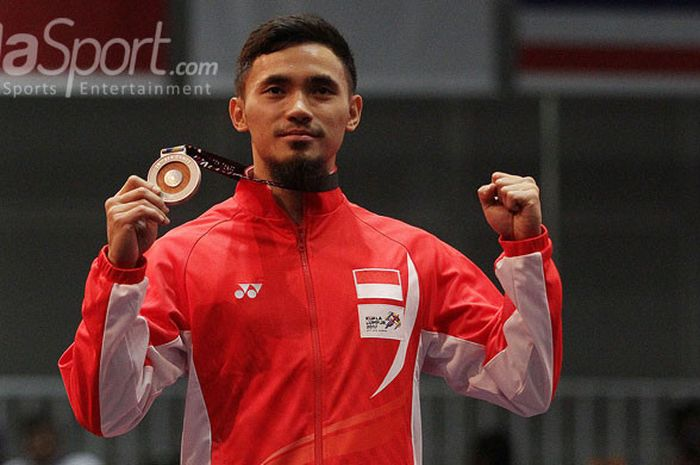 Atlet wushu Indonesia, Achmad Hulaefi, menerima medali emas SEA Games 2017 di Kuala Lumpur Conventio