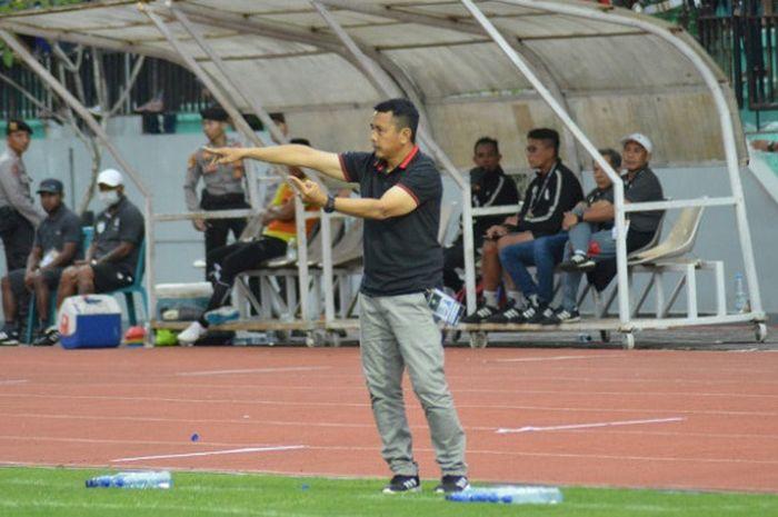Pelatih PSIS Semarang, Jafri Sastra, saat memberikan arahan kepada anak-anak asuhnya pada laga kontr