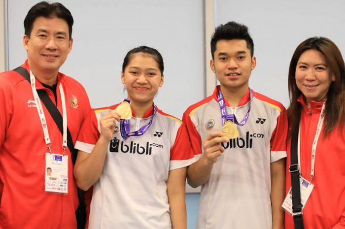 Pasangan ganda campuran muda Indonesia, Leo Rolly Carnando dan Indah Cahya Sari Jamil menunjukkan medali emas Kejuaraan Dunia Junior 2018, didampingi Kepala Bidang Pembinaan dan Prestasi PP PBSI Susy Susanti (kanan) dan Alan Budikusuma yang menjabat sebagai Subid Sponsorship PBSI.