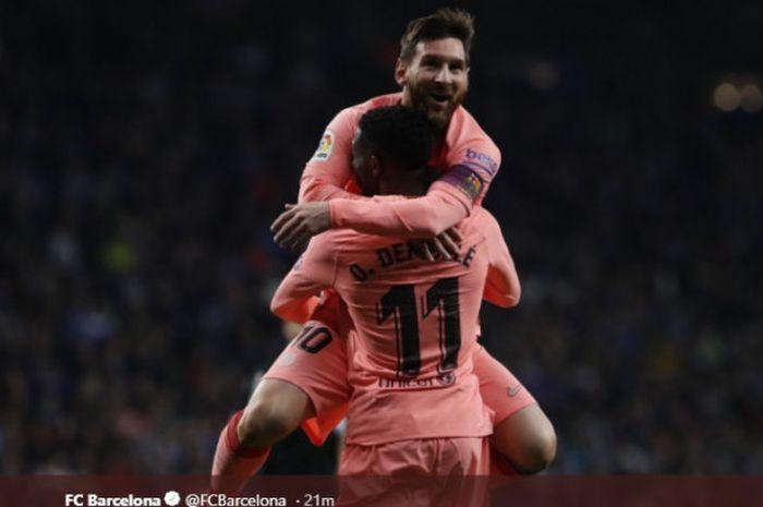 Megabintang FC Barcelona, Lionel Messi, merayakan golnya bersama Ousmane Dembele dalam laga Liga Spanyol melawan Espanyol di Stadion RCDE pada 8 Desember 2018.