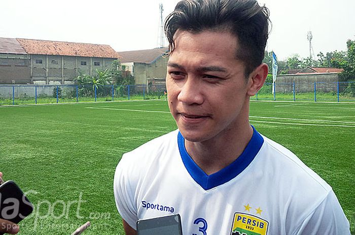 Pemain seleksi Persib Bandung, M. Al Amin Syukur Fisabillah, berbicara  kepada media seusai berlatih di Lapangan Lodaya, Kota Bandung, Rabu (14/3/2018).