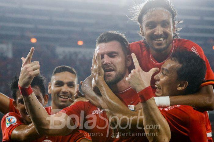 Penyerang Persija Jakarta Marko Simic  selebrasi dengan rekan-rekannya seusai mencetak gol dalam pertandingan kelima Grup H Piala AFC 2018 melawan Johor Darul Takzim di Stadion Utama Gelora Bung Karno, Jakarta, Selasa (10/4/2018) malam WIB.