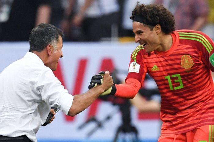 Pelatih Meksiko, Juan Carlos Osorio (kiri), merayakan kemenangan timnya bersama Guillermo Ochoa seusai laga Grup F Piala Dunia 2018 kontra Jerman di Luzhniki Stadium, Moskow, Rusia pada 17 Juni 2018.