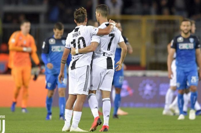 Dua pemain Juventus, Cristiano Ronaldo dan Paulo Dybala, berangkulan usai laga Liga Italia kontra Em