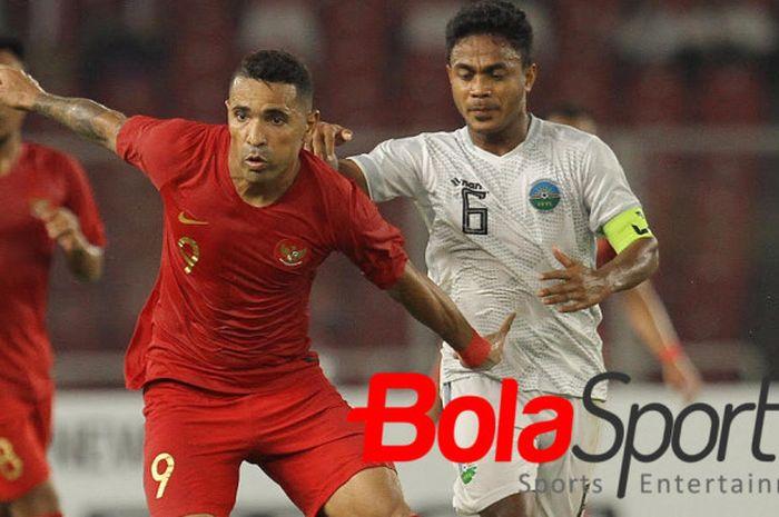 Striker timnas Indonesia, Alberto Honcalves (kiri) mencoba lepas dari kawalan kapten Timor Leste, Nataniel de Jesus Reis pada laga kedua Grup B Piala AFF 2018 di SUGBK, 13 November 2018.