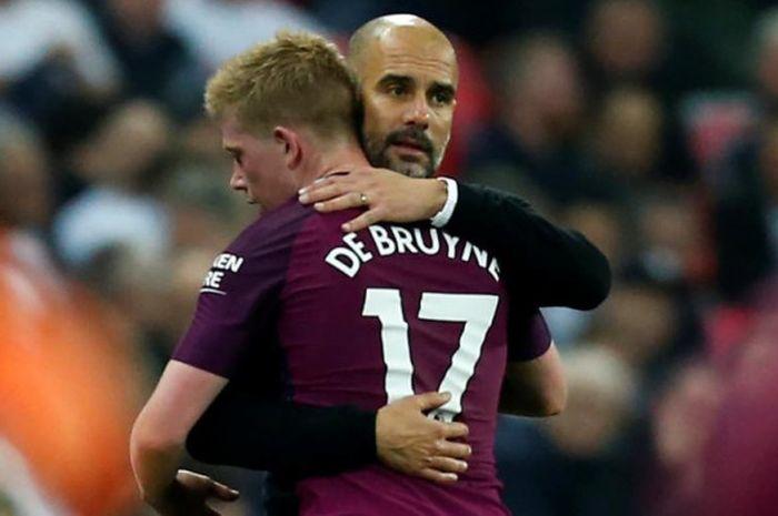 Pelatih Manchester City, Pep Guardiola, memeluk Kevin de Bruyne dalam pertandingan Liga Inggris mela