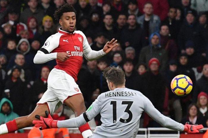 Penyerang Arsenal, Alex Iwobi, melepaskan tembakan yang mengarah ke kiper Crystal Palace, Wayne Henn