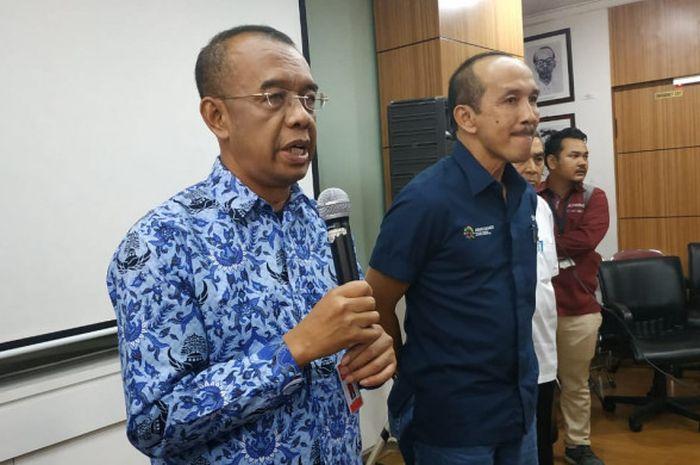 Sekretaris Menteri Pemuda dan Olahraga Gatot S Dewa Broto (kiri) dan Sekretaris Jenderal Inasgoc Eris Herryanto melakukan penyerahan Barang Milik Negara (BMN) yang dipakai saat Asian Games 2018 kepada sejumlah puluhan induk cabang olahraga, di Kantor Kementerian Pemuda dan Olahraga, Jakarta, Kamis (29/11/2018).