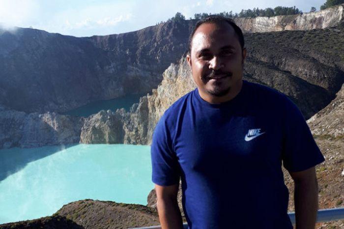 Imran Nahumarury berpose di puncak Gunung Kelimutu, Ende, Flores pada Senin  (24/7/2017).