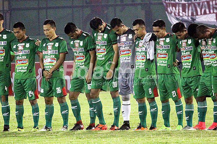 Pemain PSMS Medan mengheningkan cipta untuk korban bom bunuh diri di Surabaya dan dua mantan pesepak bola PSMS dan timnas yang meninggal dunia beberapa waktu lalu menjelang laga melawan Sriwijaya FC pada pekan ke-9 Liga 1 2018 di Stadion Teladan, Medan, Jumat (18/5/2018) malam.