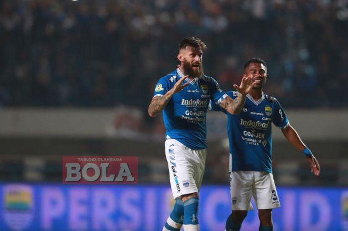 Bek Persib Bandung, Bojan Malisic, berceria usai mencetak gol ke gawang Persija Jakarta.