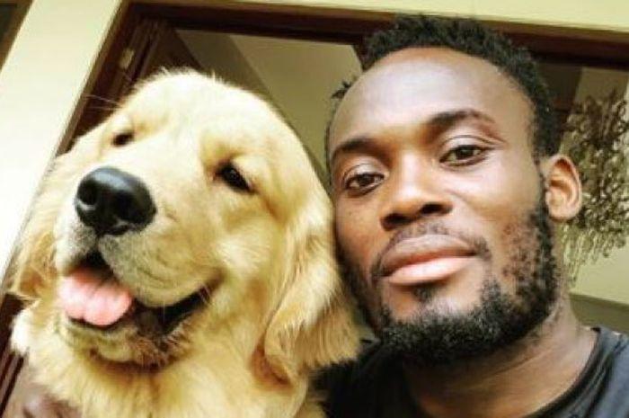 Michael Essien bersama anjing miliknya