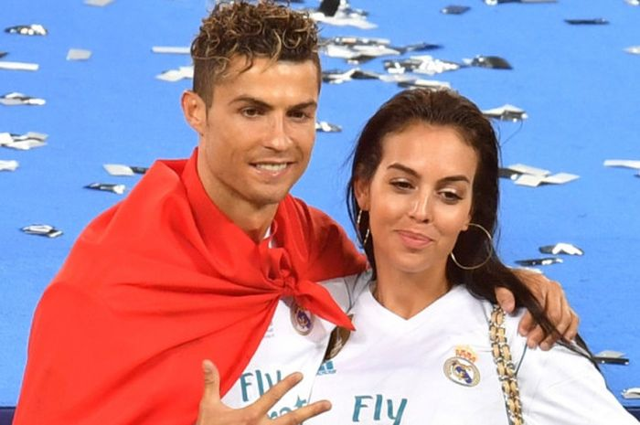 Bintang Real Madrid, Cristiano Ronaldo, berpose dengan kekasihnya, Georgina Rodriguez, saat merayakan kesuksesan tim menjuarai Liga Champions seusai menekuk Liverpool FC 3-1 dalam final di Stadion NSC Olimpiyskiy, Kiev, Ukraina, pada Sabtu (26/5/2018).