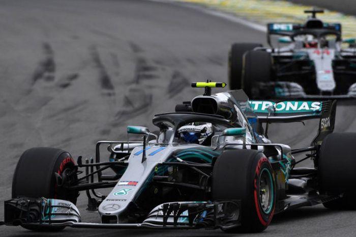Dua pebalap Mercedes, Valtteri Bottas (depan) dan Lewis Hamilton, saat melaju dalam sesi latihan beb