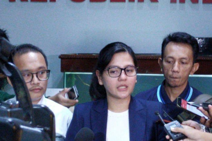 Sekjen PSSI, Ratu Tisha Destria menjawab pertanyaan pers saat memenuhi panggilan Satgas Antimafia Bola di Gedung Ombudsman, Kuningan, Jakarta Selatan, Jumat (28/12/2018).